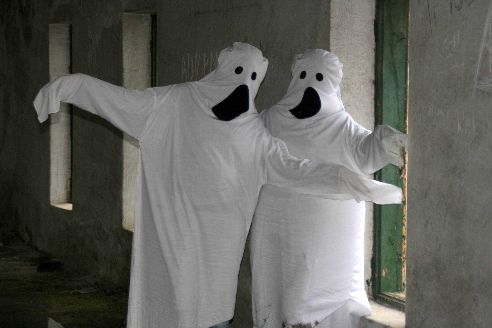 white sheet ghosts costume | the lonely tribalist