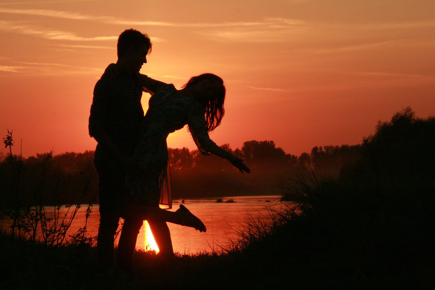 romantic sunset couple in love | the lonely tribalist