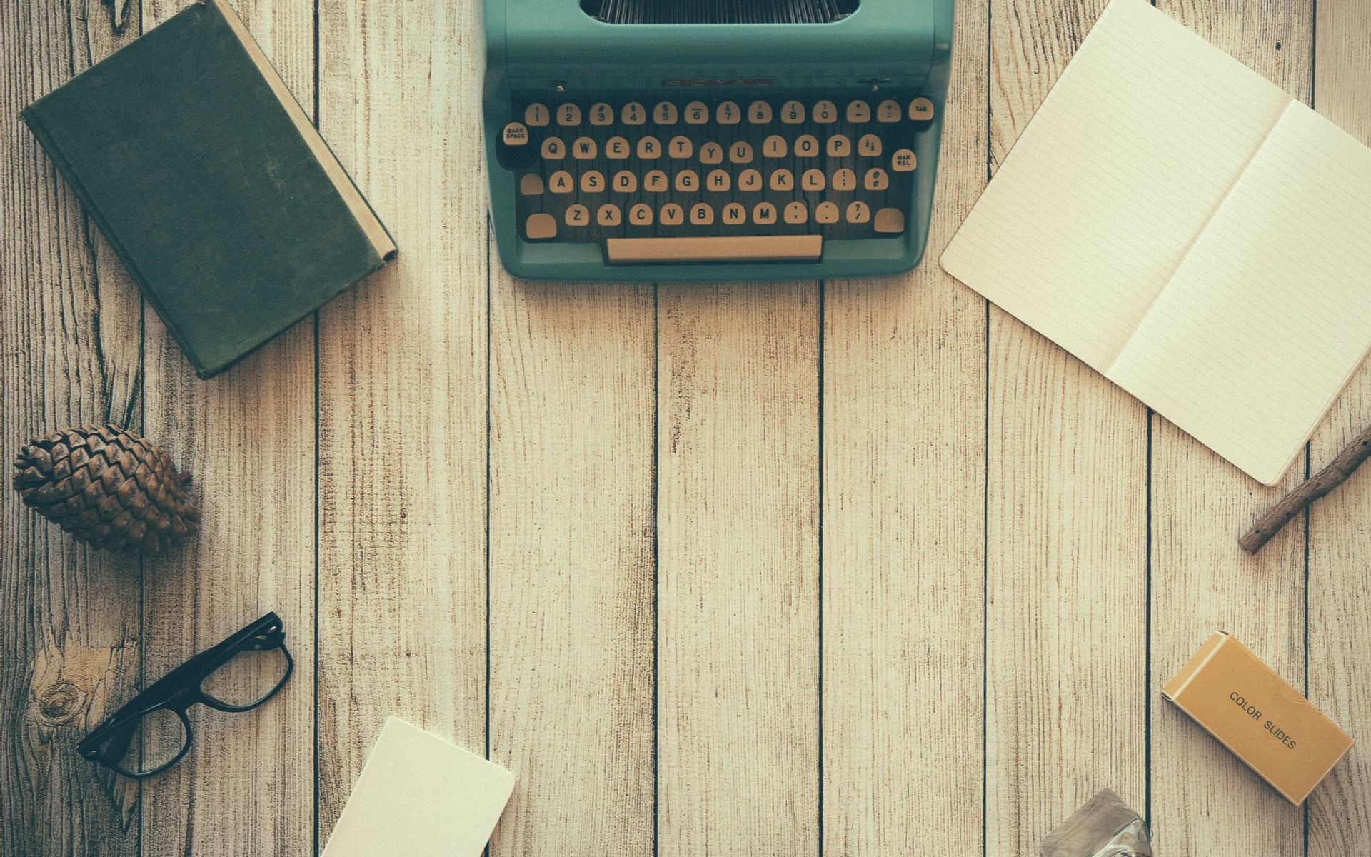 vintage typewriter desktop | the lonely tribalist