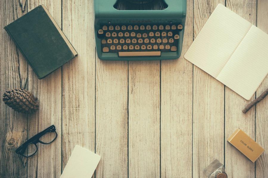 vintage typewriter desktop | the lonely tribalist